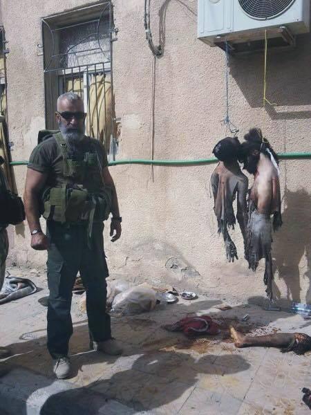 Issam Zahreddine posant avec des corps mutilés
