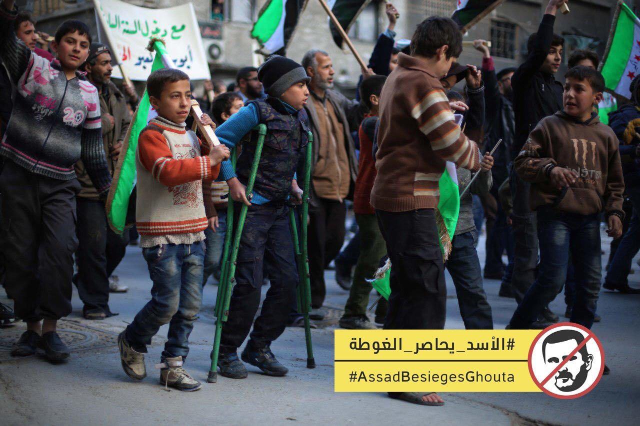 Des enfants syriens manifestent contre le siège imposé par le régime