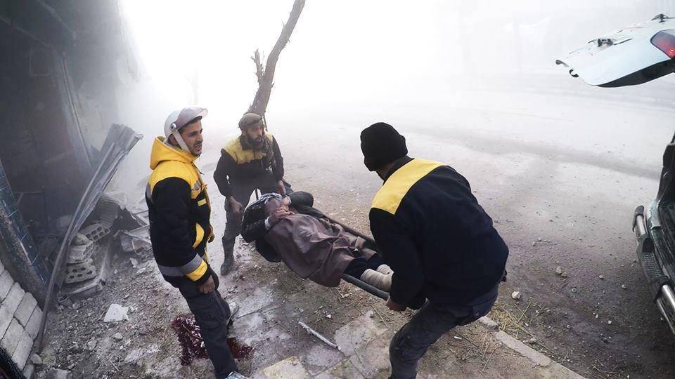 La défense civile en opération suite à un bombardement d'Arbine à la Ghouta Est de Damas.