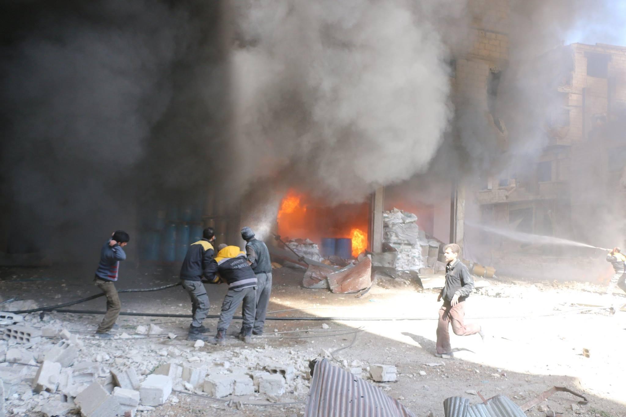 Les casques blancs se battent contre le feu provoqué par un raid aérien sur Hamouria à la Ghouta Est de Damas.