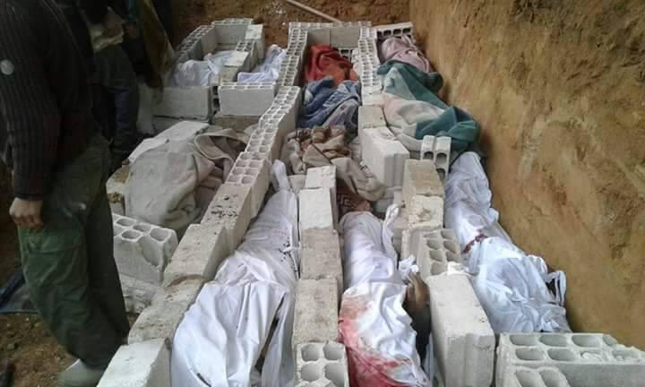 Une tombe commune où les habitants de la Ghouta enterrent les victimes
