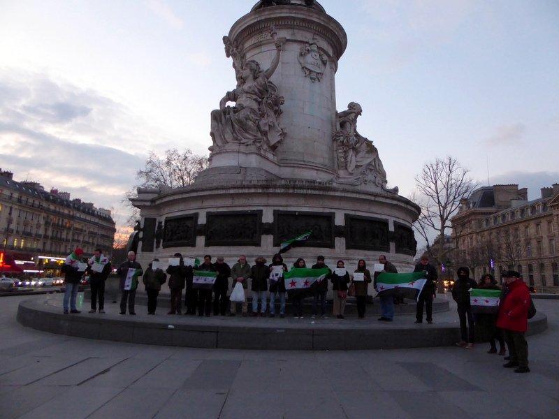 Des manifestants en solidarité avec la Ghouta, à Paris, aujourd'hui.