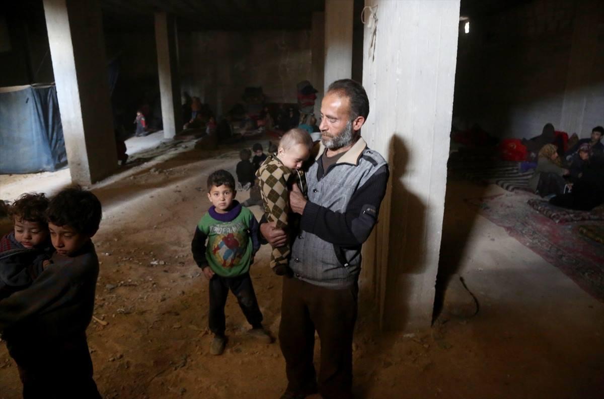 L'enfant Karim accompagné de son père