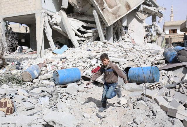 Enfant syrien parmi les ruines