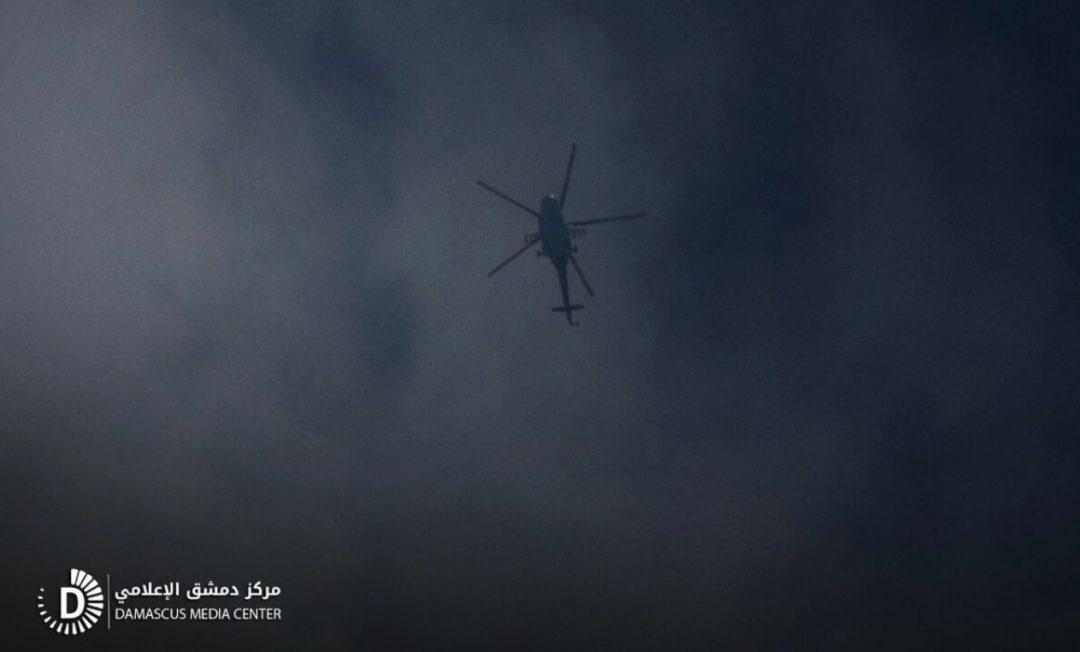 Un hélicoptère du régime, larguant des bombes sur la Ghouta orientale