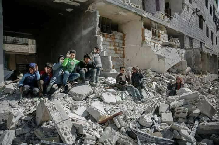 """Des enfants de la Ghouta orientale adressant un message au monde : """"On est encore en vie""""."""