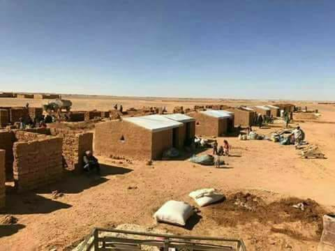 Des maisons en argile que les déplacés syriens construisent.