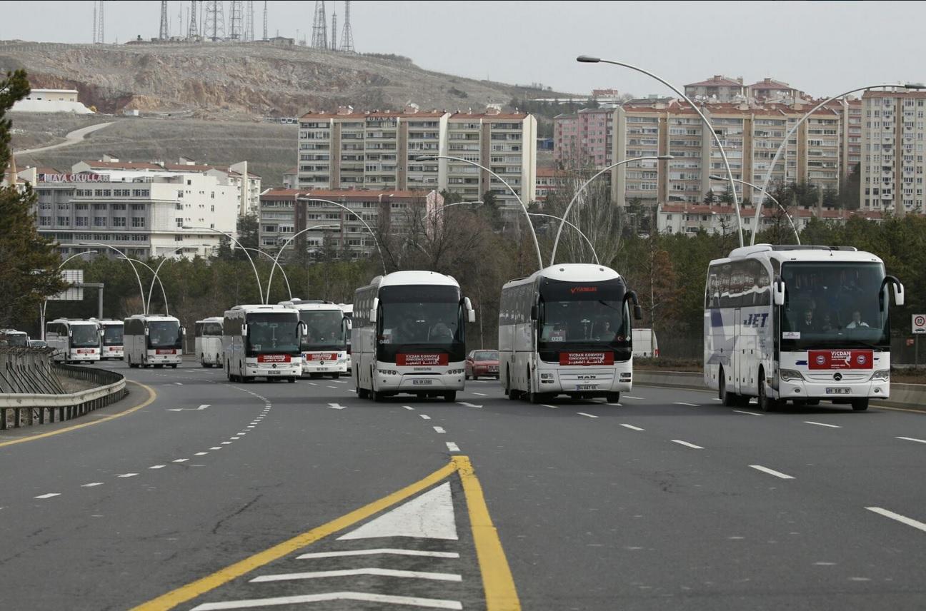 Les cars transportant les femmes solidaires avec les femmes détenues en Syrie