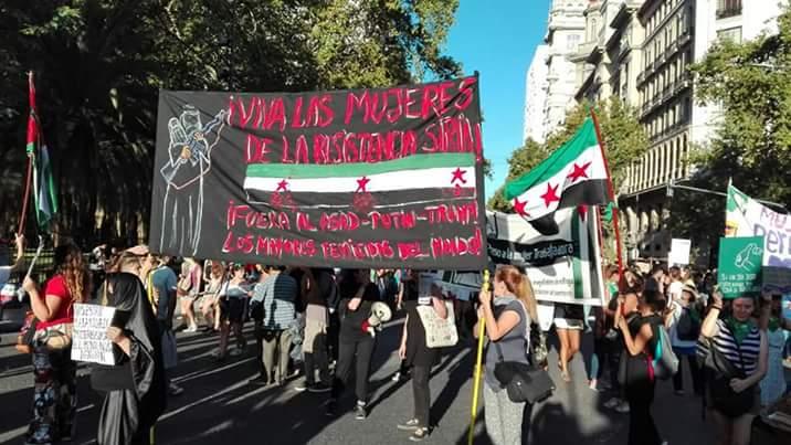 Le drapeau de la révolution syrienne à la journée des femmes à Buenos Aires