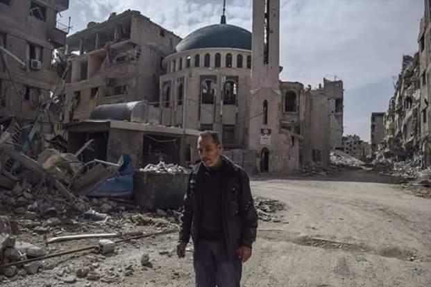 Mohamad Salilo, seul devant sa mosquée