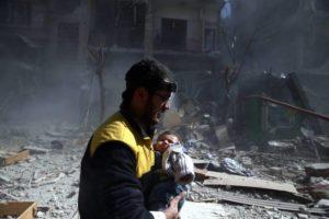 Un volontaire des casques blancs sauve un bébé
