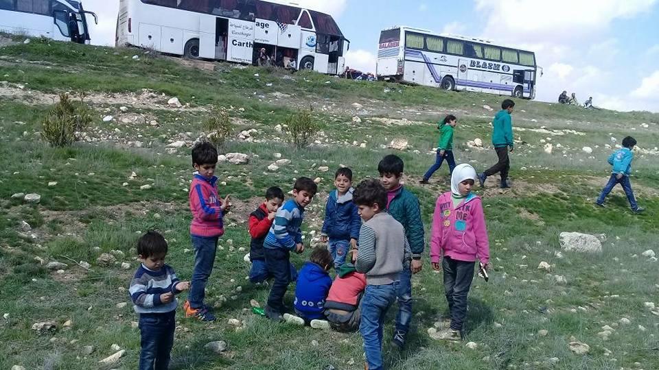 Les enfants des déportés d'Al-Qadam jouent pendant un arrêt
