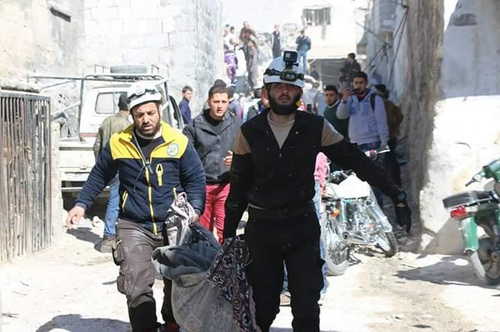 Evacuation des corps de victimes à Maarat Al-Nouman
