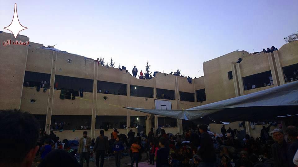 Les déportés concentrés dans des écoles à Adra au nord de Damas