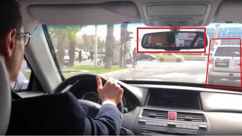 Assad conduit entre deux voitures de la CICR