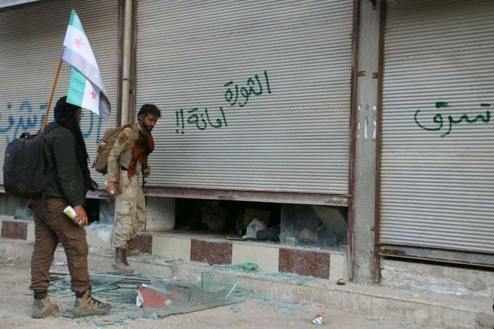 Les militants et soldats taguent les entrées des magasins à Afrin