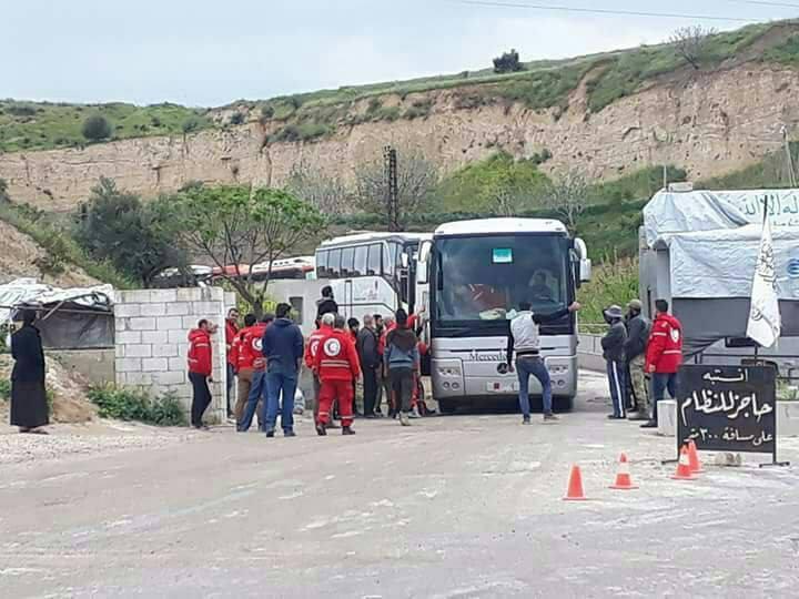 Les cars de déportés de Jobar à l'entrée dans la partie nord du pays