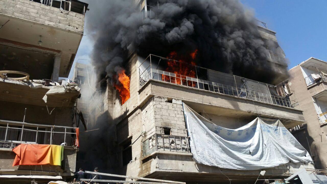 Un immeuble en feu, à Douma, à cause des bombardements
