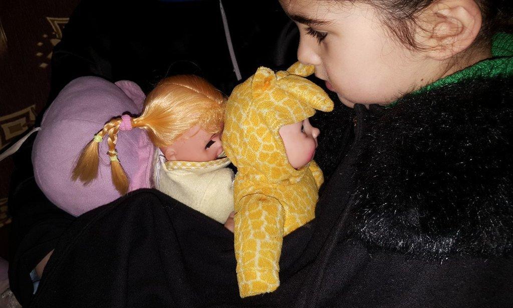 Maya, la fille de Nivin, ne veut pas abandonner ses poupées