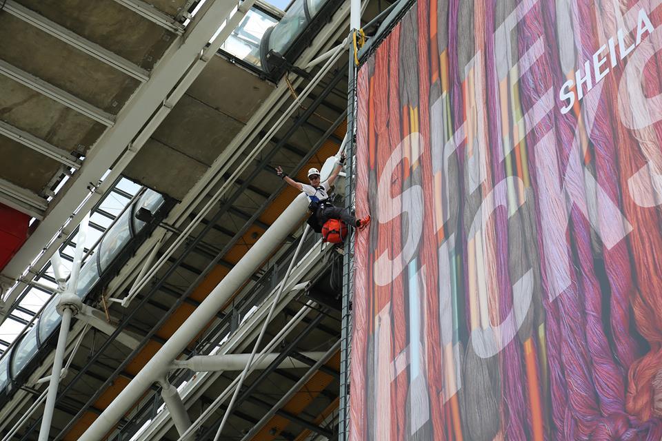 Pascal Hanrion sur la façade du centre Georges Pompidou