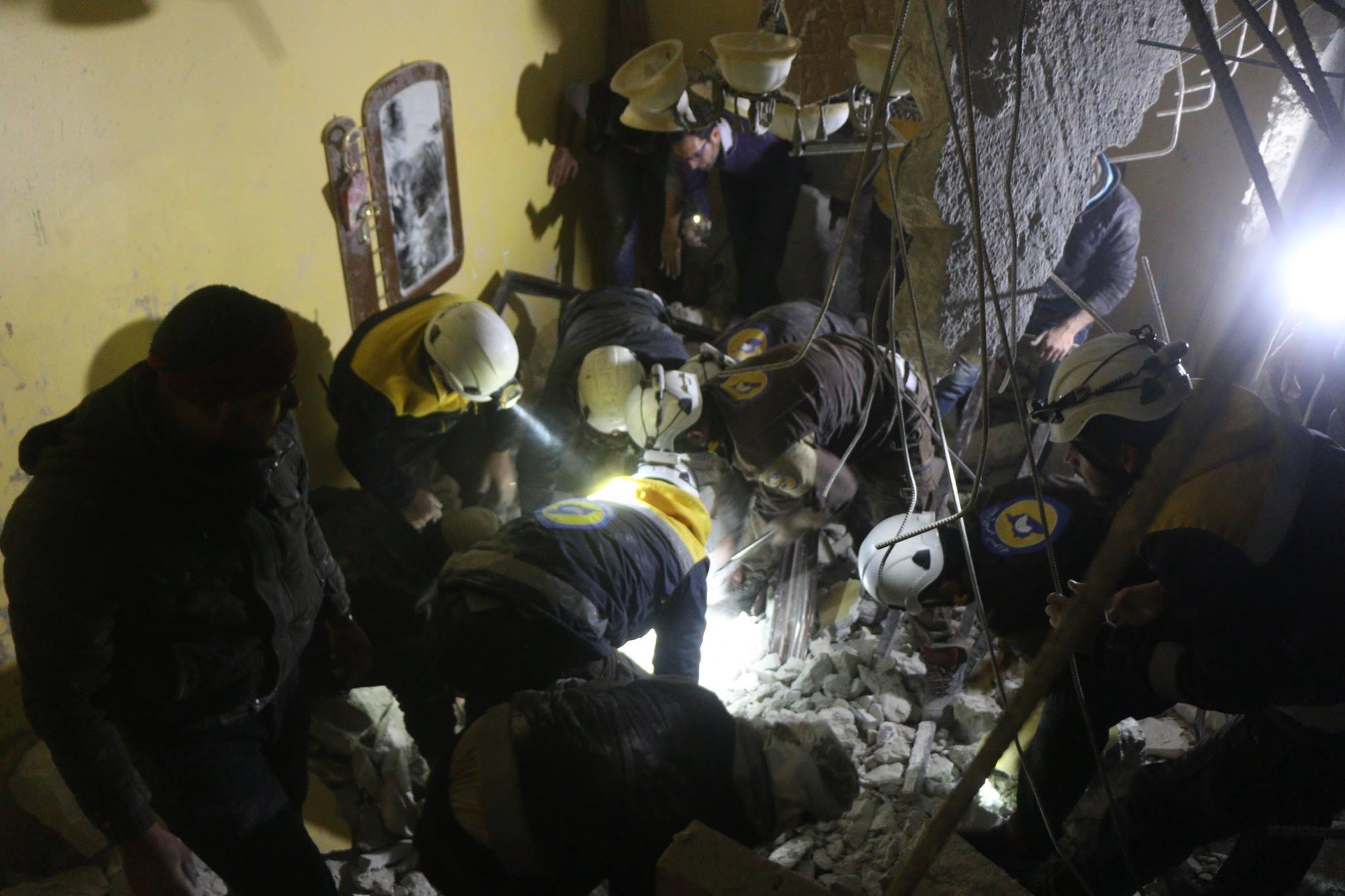 La Défense civile recherche les blessés ou les victimes à Idlib