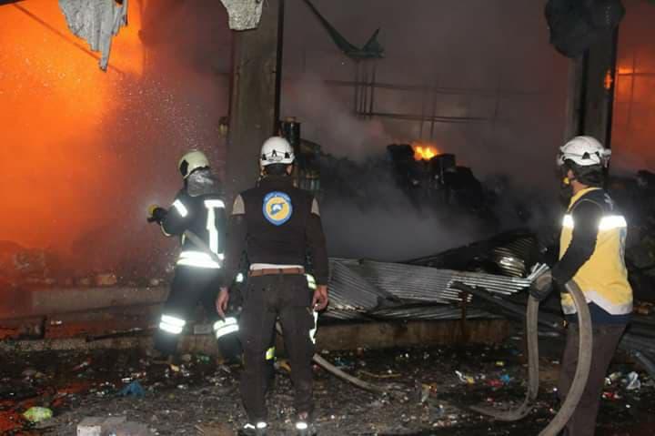 La défense civile syrienne éteint le feu dans le marché de Kafranbel